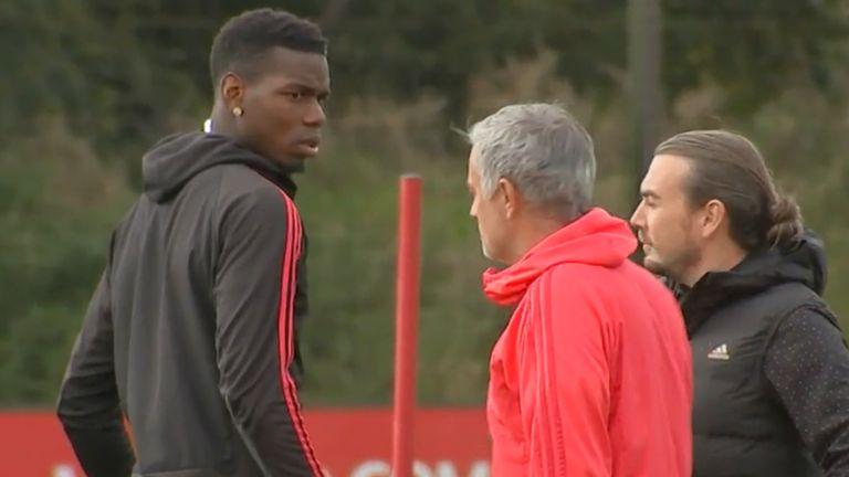 """Pogba đã """"lời qua tiếng lại"""" điều gì với Jose Mourinho trên sân tập?"""