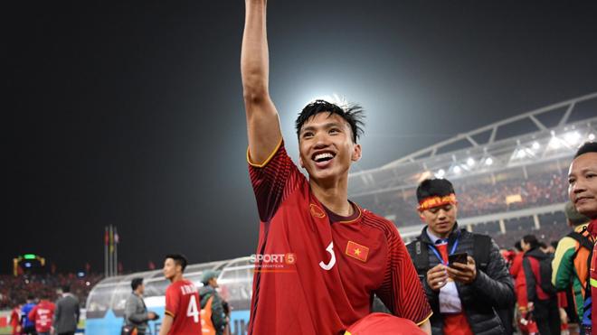 Vô địch ở tuổi 19, cậu út Văn Hậu vượt biển người tìm đến vòng tay bố mẹ trên khán đài bật khóc như đứa trẻ