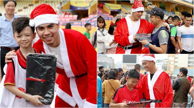 CHÙM ẢNH: Duy Mạnh, Đức Huy vui vẻ làm Ông già Noel tặng quà các em nhỏ, đốn tim NHM