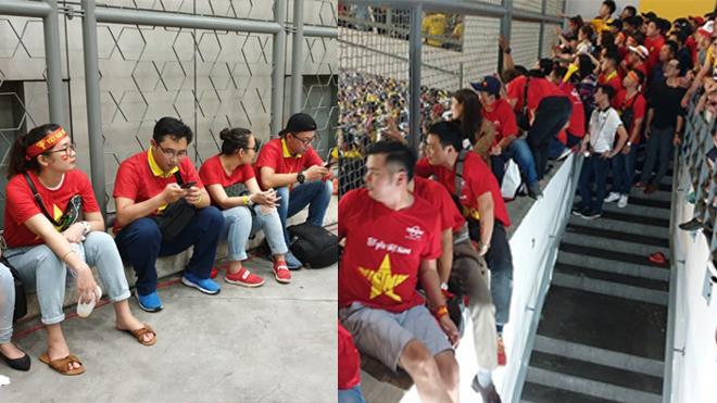 """Báo Malaysia thừa nhận: """"Không ngờ chúng ta thiếu chuyên nghiệp đến thế, để CĐV nước bạn phải cổ vũ qua hàng rào"""""""