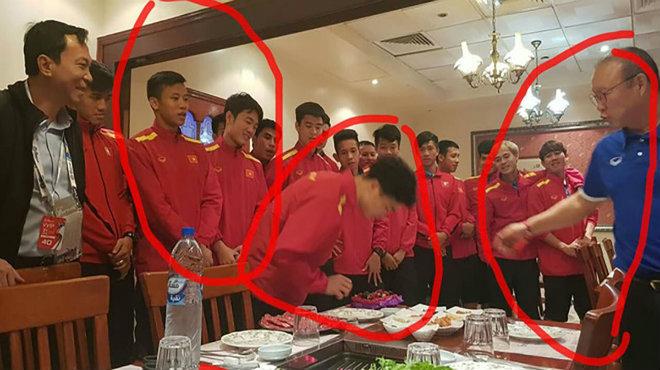 """Thầy Park khao cả đội đi ăn mừng sinh nhật Công Phượng, đã đề phòng lắm mà vẫn không thoát khỏi cảnh bị """"úp sọt"""""""