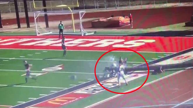 Hy Hữu: Cột đèn bất ngờ đổ sập tại sân vận động khiến cả cầu thủ và trọng tài bị thư.ơng