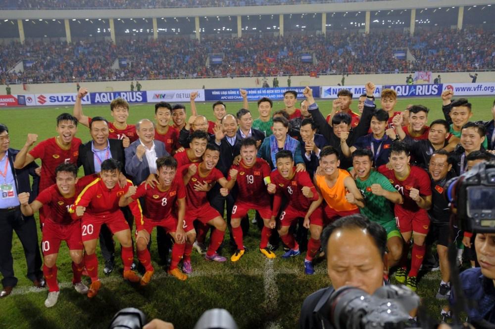 Giành chiến thắng đậm nhất lịch sử trước Thái Lan, U23 Việt Nam được Thủ tướng xuống tận sân chúc mừng