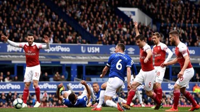 """Fan Arsenal: """"Cậu ta chỉ biết chạy vòng vòng, đừng để đá chính thêm lần nào nữa"""""""