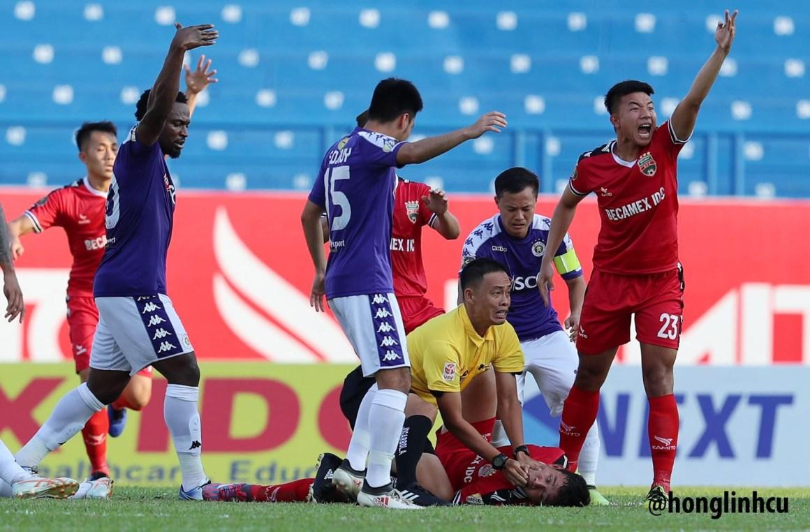 VIDEO: Cảm động Trọng tài dùng tay ngăn cầu thủ U22 Việt Nam c.ắn lư.ỡi t.ự t.ử ngay trên sân