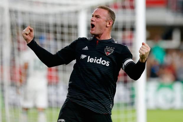 CHOÁNG: Rooney 33 tuổi ghi bàn từ giữa sân, triệu fan MU đòi về thay Lukaku
