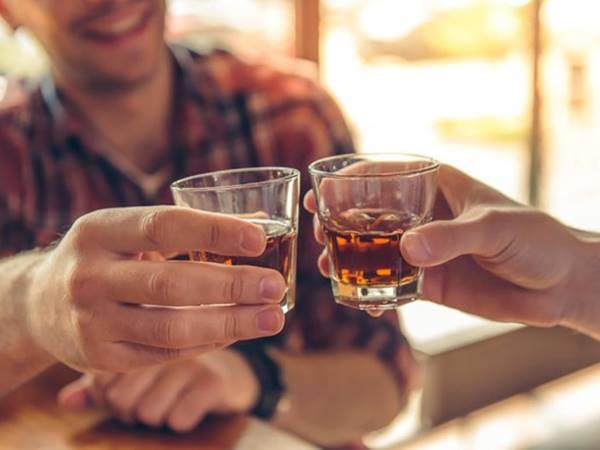 Nằm mơ thấy uống rượu : Điềm báo giấc mơ đánh con gì